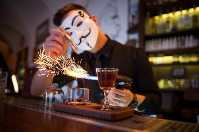 Anonymous-bar-maska-drink-iskry-alkohol-flase-barovy-pult-chlap-barman-casnik
