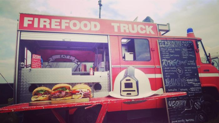 dodavka-auto-food-truck-hamburger-street-food-restaurace-na-kolech-fire-food-truck