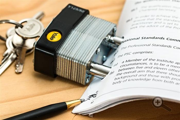 smlouva-smluvni-podminky-zamek-zakon-pero-klice-papiry