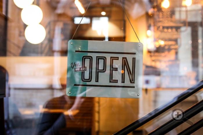 otevrena-restaurace-dvere-tabulka-sklo-svetla