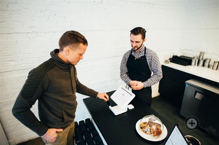 platba-kartou-casnik-host-zakaznik-dotykovy-monitor-platobny-system